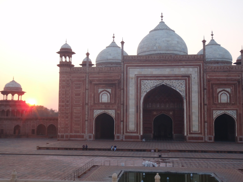 The mosque just west of the Taj Mahal.