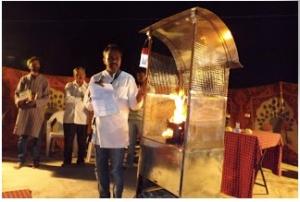 Dr. Prakash demonstrating his Be-cause unit.